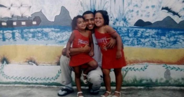 Kethleen (à dir.) na infância com a irmã e o pai