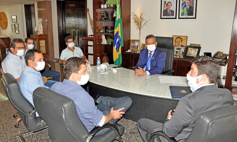 Governador em exercício conversa com prefeitos
