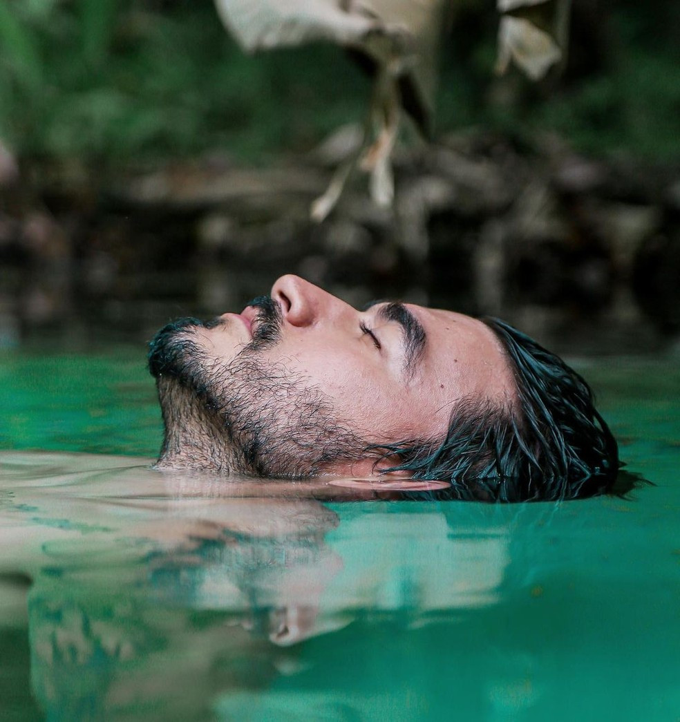 Ex-BBB mergulha nas águas cristalinas do Jalapão